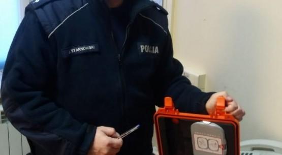 asp.szt_.-Jarosław-Starnowski-prezentuje-odzyskany-defibrylator