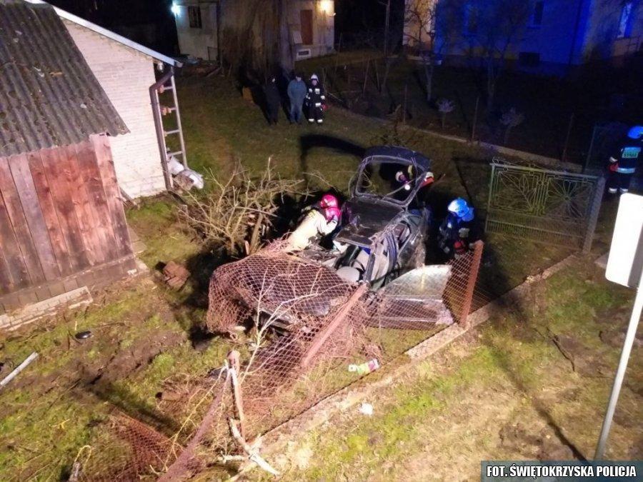 Samochód wjechał w ogrodznie, KPP Staszów (2)