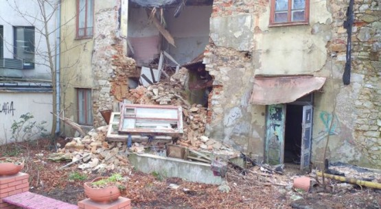 Zawalona ściana kamienicy w Kielcach (1)