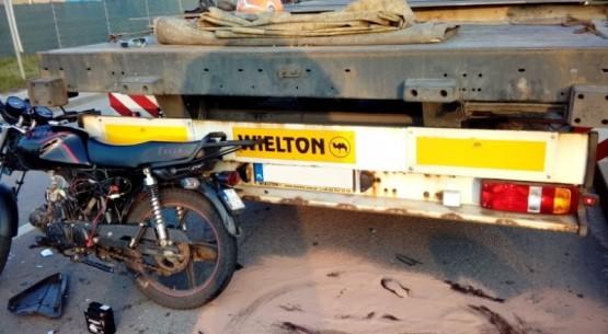 Motorowerzysta wjechał w ciężarówkę, Ostrowiec (1)