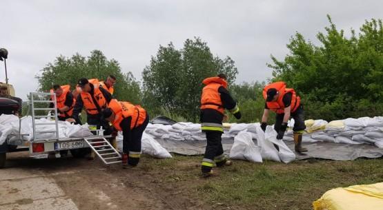 Działania strażaków w zagrożeniu powodziowym, świętokrzyskie (2)