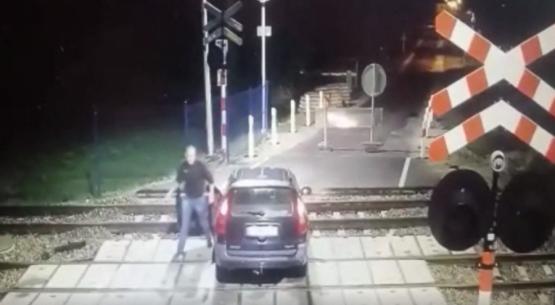Pomimo zakazu chciał przejechać przez przejazd kolejowy (1)