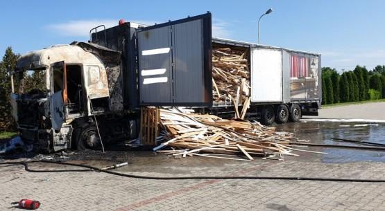 Pożar ciężarówki przy dystrybutorze paliw (3)