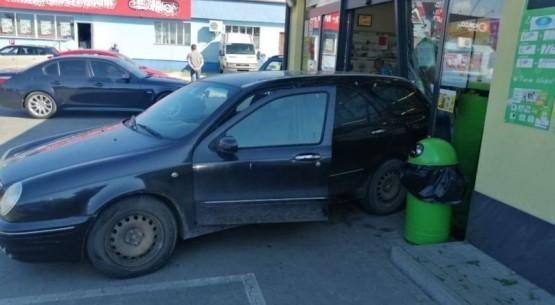 Wjechała w sklep, Staszów (3)