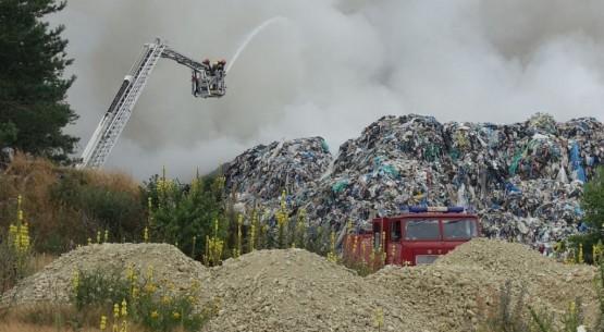 Gigantyczny-pożar-składowsika-odpadów-koło-Fałkowa-13-1024x682