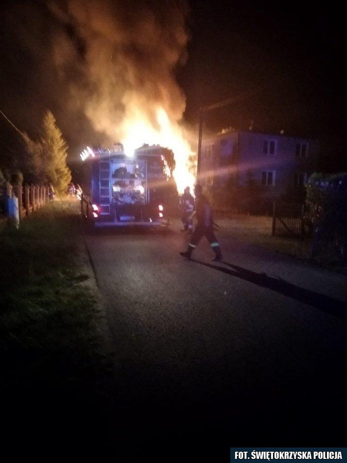 Policjanci uratowali kobietę z pożaru