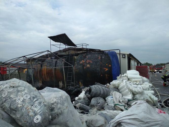 Pożar zakładu w Rytwianach (3)