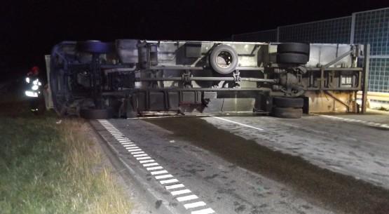 Przewrócona ciężarówka blokowała jezdnię (1)
