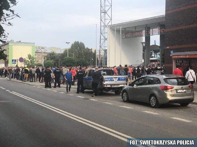 Policjanci zabezpieczali mecz z Ostrowcu