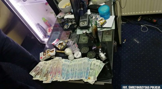 Nielegalne automaty i narkotyki zabezpieczone w Starachowicach (5)