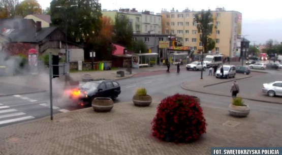 Policjant ruszył z pomocą do płonącego auta