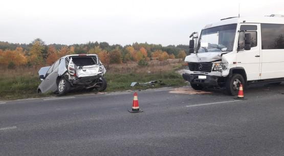 Wypadek-busa-i-samochodu-osobowego-między-Końskimi-a-Sielpią-03