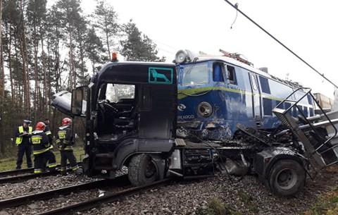 Zderzenie tira z pociągiem (2)