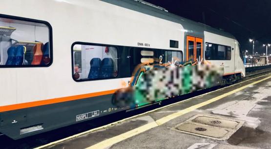 Akt wandalizmu. Graffiti na nowym wagonie Kielce (1)