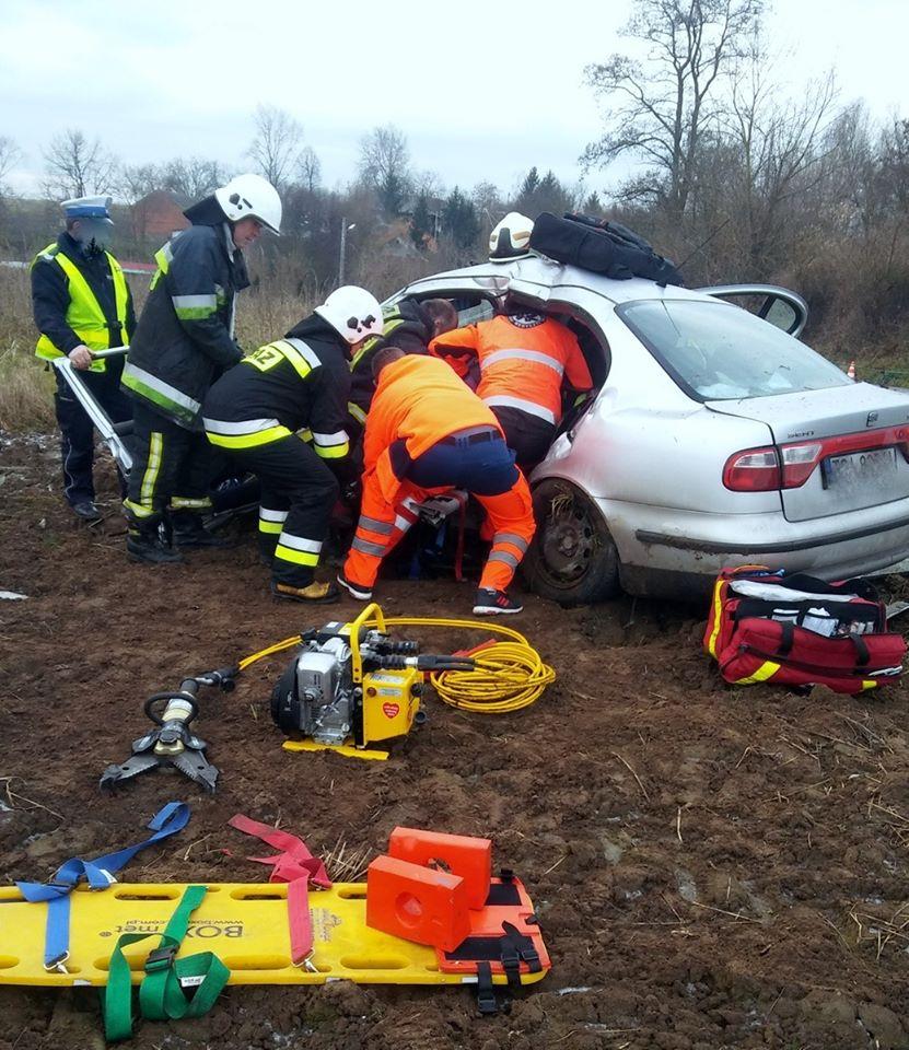 Samochód uderzył w słup, Krobielice (2)