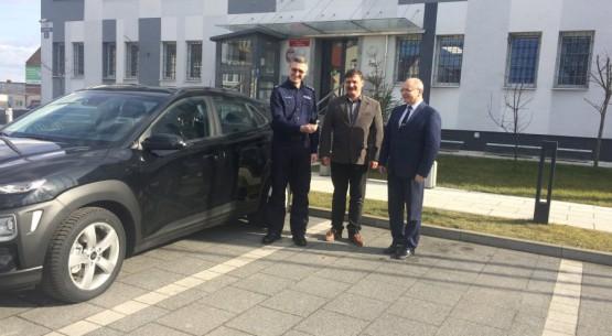 Przekazanie nowego auta koneckim policjantom