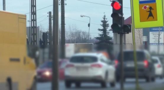 Kierowcy przejeżdżają na czerwonym świetle