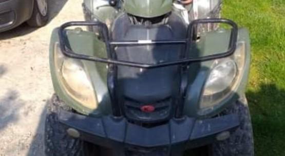 Przejażdżka nastolatków na motorze i wuadzie (2)