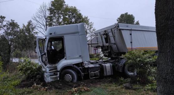 Ciężarówką-wjechał-w-ogrodzenie-w-Czermnie-w-gminie-Fałków-3