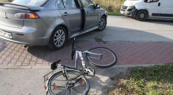 Uderzyła rowerem w auto (3)