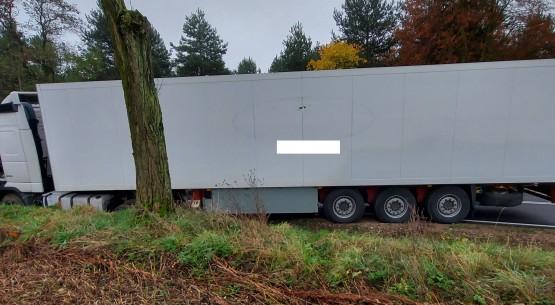 Ciężarówka-w-rowie-na-drodze-krajowej-42-w-Kazanowie-2